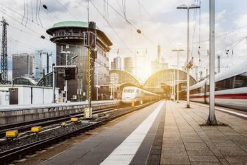 Züge verlassen den Frankfurter Bahnhof
