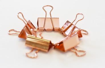 Fünf in einem Ring arrangierte kupferfarbene Foldback-Klammern