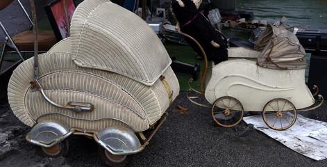 Antike Kinderwagen auf einem Flohmarkt