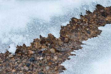 Dünne Eisflächen bedecken Bach