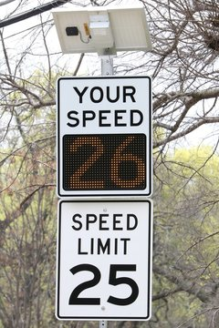 Speed sign with solar powered display: going above speed limit