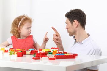 Papa mit Tochter Kind Malen Daumen hoch
