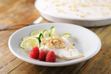 白い皿に乗ったチーズケーキ