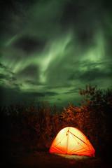 Magisches Himmelszelt mit Polarlichtern und Aurora borealis_001