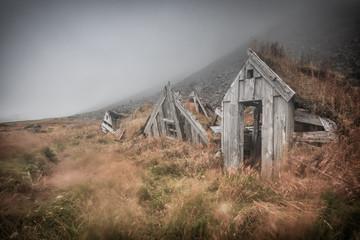 Alte Hütten im Nebel in Island. Vergänglichkeit_001