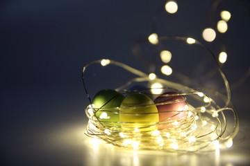 cartolina pascquale con uova di pasqua in un nido fatto di luci dorate con effetto boken