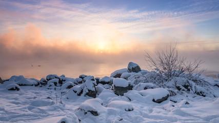 морозное весеннее утро на туманном озере, Россия, Урал, март