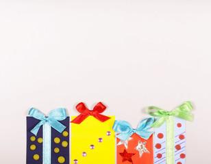 на белом фоне стоят коробки с подарками есть место для надписи