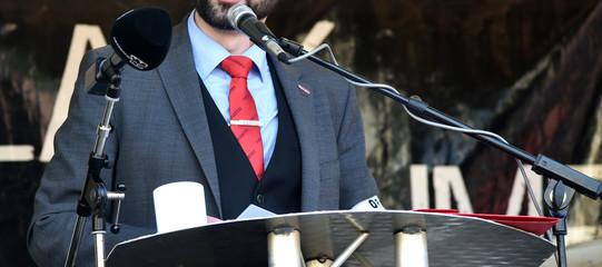 Redner auf einer Demo gegen Rassismus und Nazis