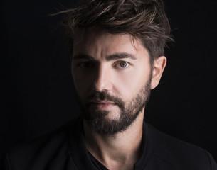 Modello con barba e baffi su sfondo nero