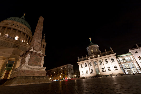 Historische Gebäude in der Potsdamer Innenstadt bei Nacht