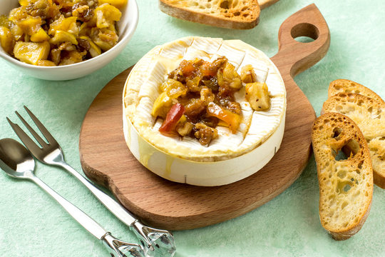 Baked camembert cheese with apple chutney