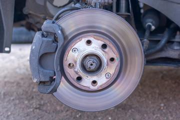 Leicht verschlissene Bremsscheibe und Radnabe eines Autos im Detail