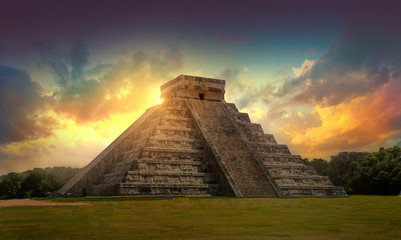 Photo sur cadre textile Mexique Mexico, Chichen Itza, Yucatn. Mayan pyramid of Kukulcan El Castillo at sunset