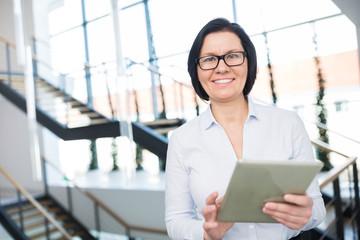 Business Frau als Geschäftsführer mit Tablet PC