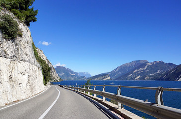 Straße am Gardasee in Italien - Urlaub am See mit Bergen im Hintergrund