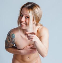 bella ragazza si copre il seno per non essere vista