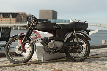 altes Motorrad im hafen