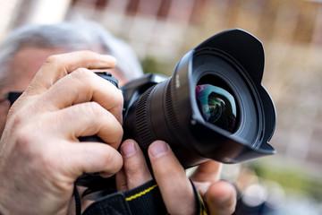 Macchina fotografica nelle mani di un fotografo pronti per lo scatto fotografico