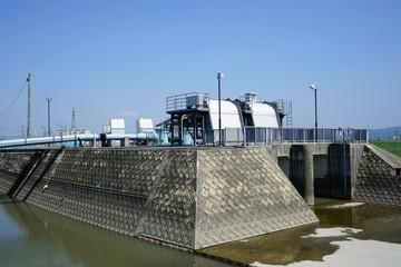内水被害(洪水)対策のために設置された川内排水機場 福岡県みやま市の矢部川沿いに設置された川内排水機場