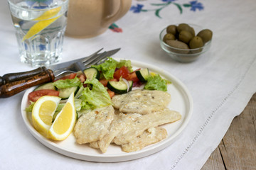 Chicken breast with cream of milk and lemon, served with a salad of fresh vegetables.