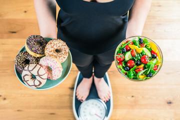Süssigkeiten Gegen Obst und Gemüsse (Diät Konzept)