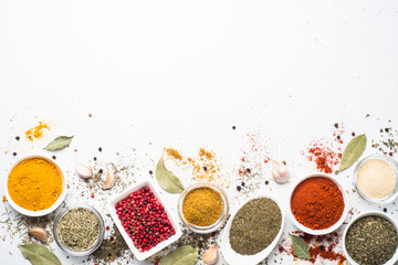 Foto auf AluDibond Aromastoffe Various spices in a bowls on white.