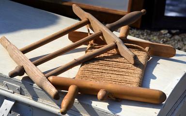 Zwei antike Spindeln aus Holz mit und ohne Wäscheleine