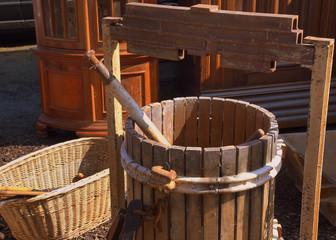 Antiker Holzzuber und Weidenkorb auf einem Flohmarkt