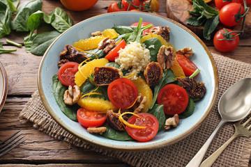 cibo vegetariano insalata con frutta e verdura su tavolo di cucina rustico