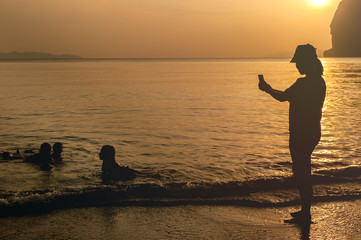 Silhouette Mother photographed children at sea.