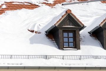 Hausdach / mit Schnee bedecktes Hausdach