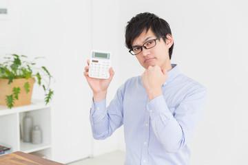 電卓を持つ男性 考える