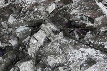 Nahaufname eines zackig zerklüfteten Felsens