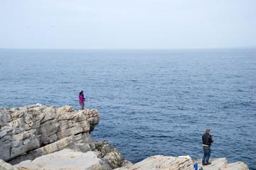 Pécheurs à la ligne en mer au bord des rochers