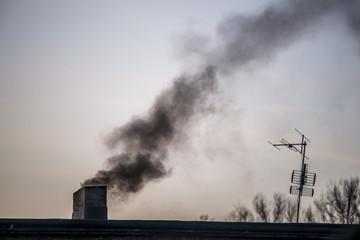Czarny dym wylatujący z komina