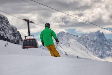 Skifahrer vor Gondel