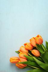 Tulpen auf Holzbrett