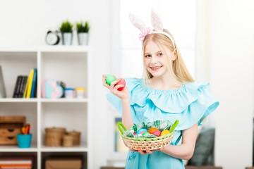 Fotoväggar - Teenage girl holding Easter eggs