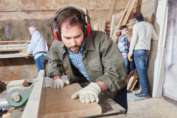 Schreiner arbeitet mit Holz in Werkstatt