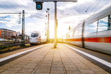 Züge fahren in den Frankfurter Bahnhof ein