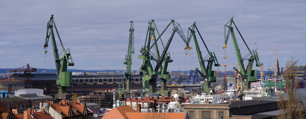 Gdańsk, Polska - panorama miasta z dźwigami stoczniowymi