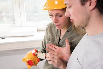 Junges Paar hat Probleme bei der Finanzierung ihres Eigenheims / Renovierung
