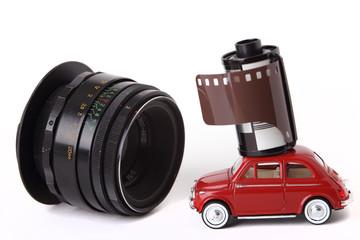 Miniatura d'auto, pellicola fotografica e vecchio obiettivo