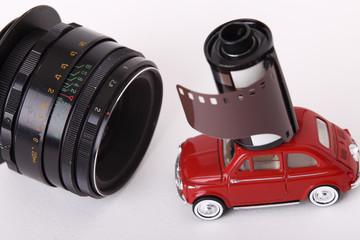 Miniatura auto e pellicola fotografica