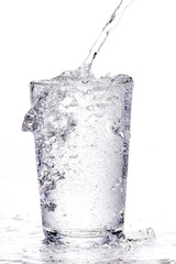 es spritzt aus einem Wasserglas in das Wasser eingefüllt wird