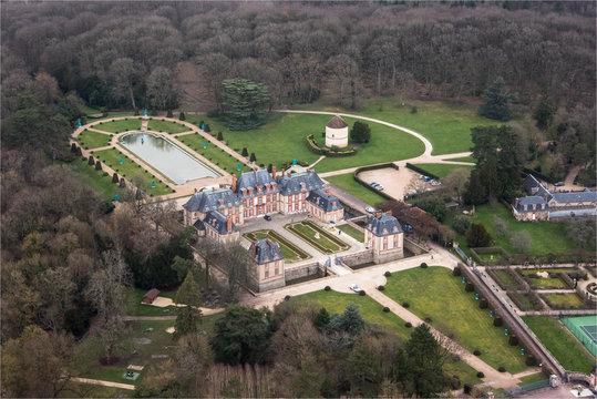 vue aérienne du château de Breteuil dans les Yvelines à l'ouest de Paris