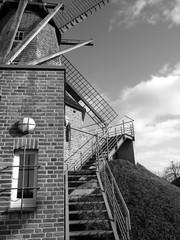 Aluminium Prints Mills Treppenaufgang mit Geländer an der Sinninger Mühle bei Saerbeck in Westfalen, fotografiert in neorealistischem Schwarzweiß