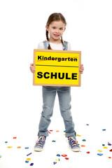 Kleines Mädchen steht zwischen Buchstaben und hält eine Tafel in den Händen das zeigt Ende des...
