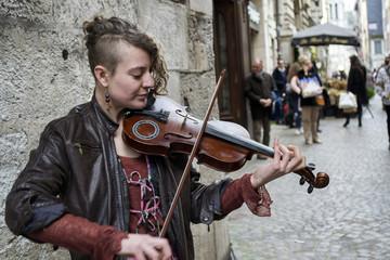 Gros plan d'une artiste de rue jouant du violon dans une rue de Rouen